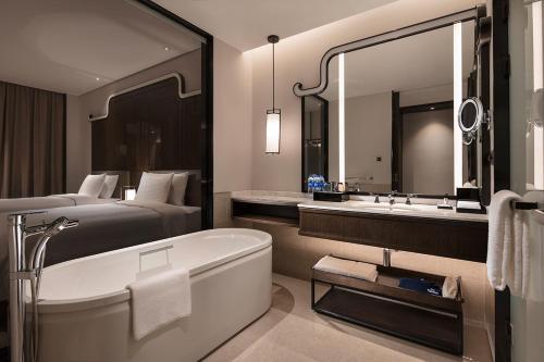 A bathroom at Wanda Realm Guangzhou Hotel