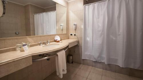 A bathroom at Tucuman Center Suites&Business