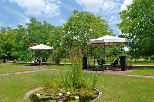 Ein Garten an der Unterkunft Eichenhof Hotel