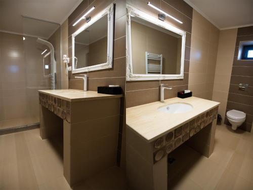 A bathroom at Pensiunea La Vie