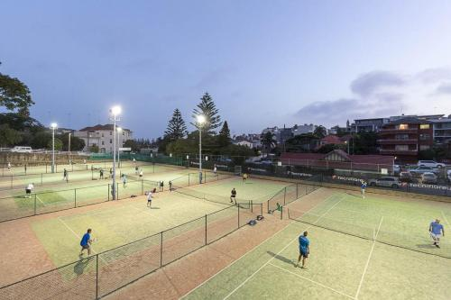Tennis and/or squash facilities at Stylish and Spacious Beach Apartment or nearby