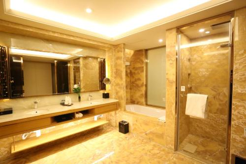 A bathroom at JinJiang International Hotel Urumqi