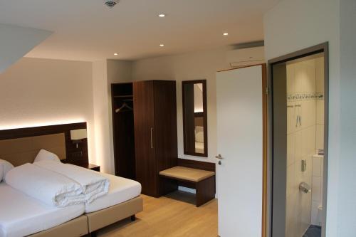 Ein Bett oder Betten in einem Zimmer der Unterkunft Seehotel Delphin