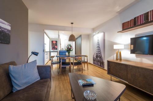 A seating area at Pierre & Vacances Madrid Apartamentos Eurobuilding 2