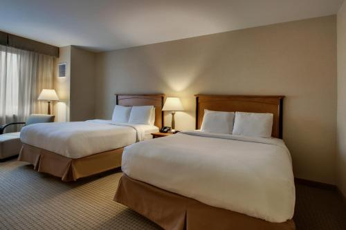 A bed or beds in a room at Hollywood Casino Bangor