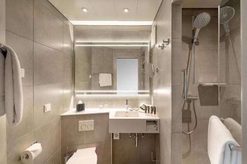 A bathroom at Novotel München Messe