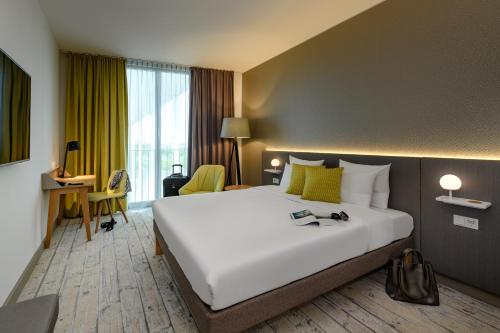 A bed or beds in a room at Novotel München Messe