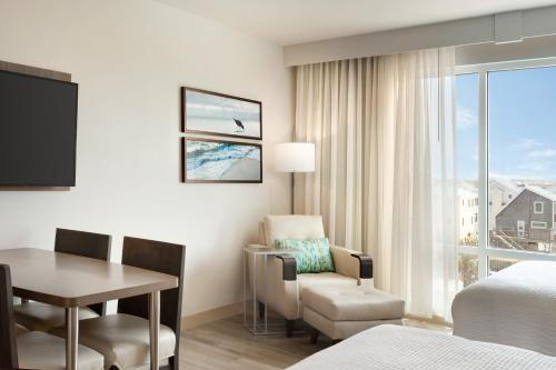 A seating area at TownePlace Suites by Marriott Outer Banks Kill Devil Hills