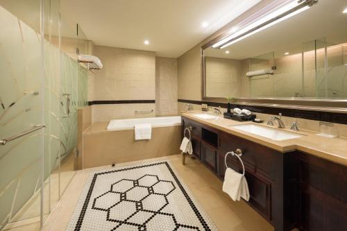 A bathroom at Paramount Gallery Hotel