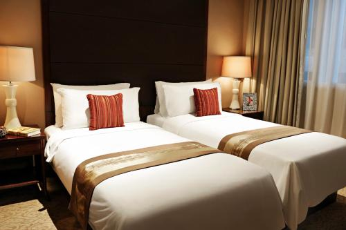 A bed or beds in a room at Oakwood Premier Cozmo Jakarta