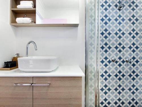 A bathroom at Ventura Beach Motel 2 Bed Poolside - Unit 4