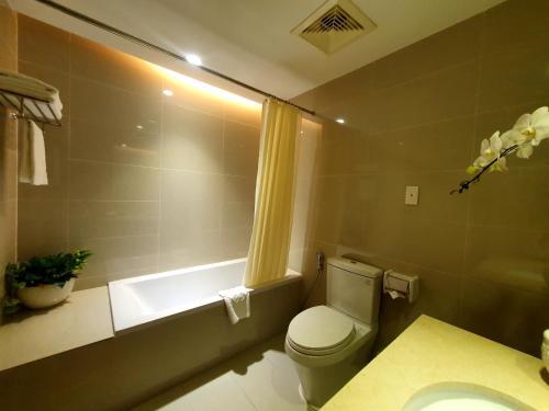 A bathroom at Saigon Hotel Dong Du