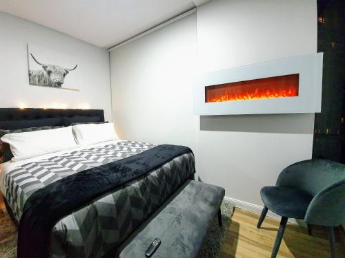 A bed or beds in a room at New Presidential 3-bed 2-bath, pool, jacuzzi, sauna, gym included