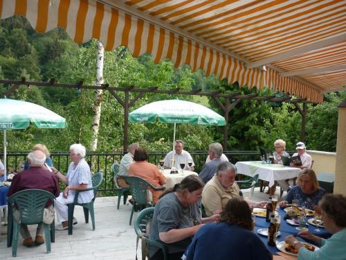 Ein Restaurant oder anderes Speiselokal in der Unterkunft Hotel Waldhaus-Hutzelhöh