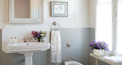 A bathroom at La Casa de los Tomillares