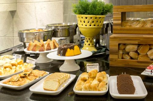 Breakfast options available to guests at Hotel Brasil 21 Suites