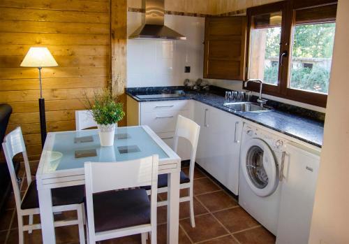 A kitchen or kitchenette at Lares · Cabañas Rurales