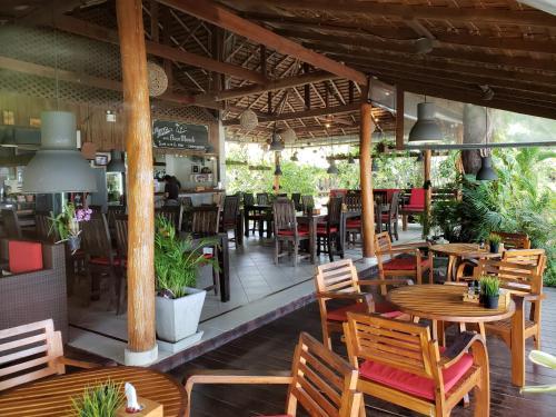 مطعم أو مكان آخر لتناول الطعام في Baan Manali Resort