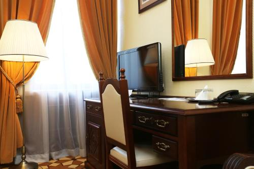 A television and/or entertainment centre at Garni Hotel