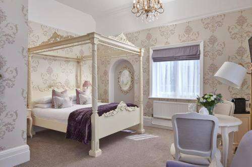 A bed or beds in a room at Laura Ashley - The Iliffe, Coventry
