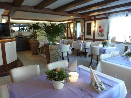 Ein Restaurant oder anderes Speiselokal in der Unterkunft Landhotel Bergischer Hof GmbH Marialinden