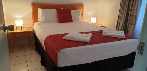 A bed or beds in a room at Trinity Beach Pacific