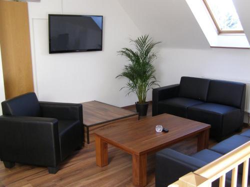 Ein Sitzbereich in der Unterkunft Hotel Alt Vinnhorst