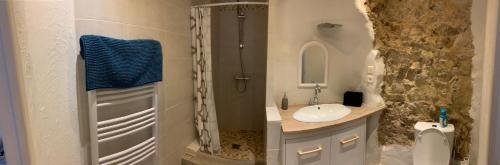 A bathroom at 1 bedroom Old town, 6 min walk Palais, Plages, Croisette, 4 persons