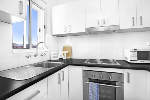 A kitchen or kitchenette at 9 South Pacific 2 Bedrooms
