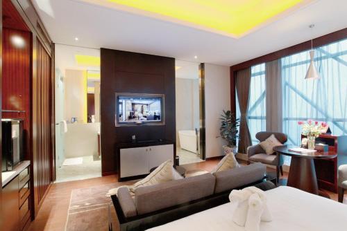 A seating area at Lia! Chengdu Hotel
