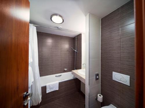 A bathroom at Academic Hotel & Congress Centre