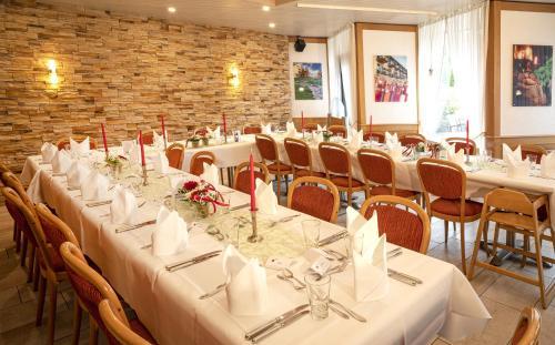 Ein Restaurant oder anderes Speiselokal in der Unterkunft Hotel Waldblick