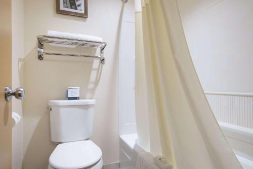 A bathroom at Quality Inn & Suites Silverdale Bangor-Keyport