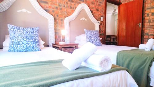 A bed or beds in a room at Hippo Lodge Apartments