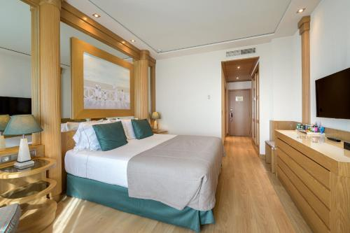 A bed or beds in a room at Las Arenas Balneario Resort