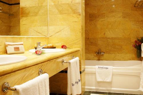 A bathroom at Hotel SPA TermaEuropa Balneario Arnedillo