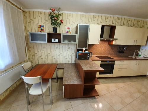 A kitchen or kitchenette at Щёлковские квартиры - Фряновское шоссе 64к3