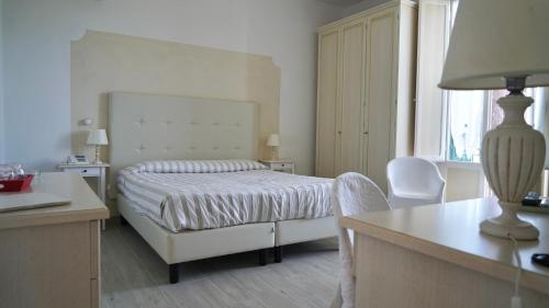 A bed or beds in a room at Hotel La Primula