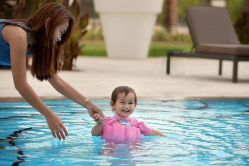 المسبح في سنترو الشارقة - باي روتانا أو بالجوار