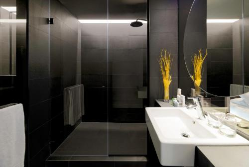A bathroom at H10 Port Vell 4* Sup