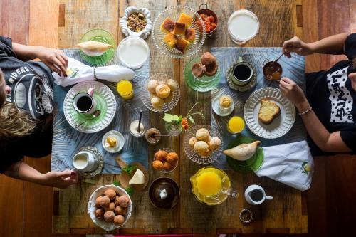 Breakfast options available to guests at Pousada Pequena Tiradentes