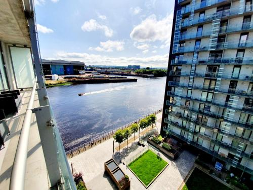 Airy 2 Bed, 2 Bathroom With Balcony & Free Parking