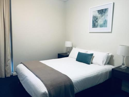 A bed or beds in a room at Wyndel Apartments - Shelley