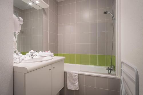 Salle de bains dans l'établissement Néméa Appart hotel Nancy Home Suite