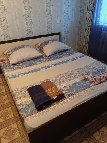 A bed or beds in a room at Apartment Zhirnovskaya 13