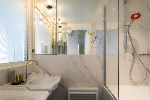 A bathroom at Hotel 34B - Astotel