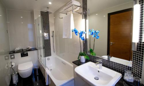 A bathroom at Wellington Hotel by Blue Orchid