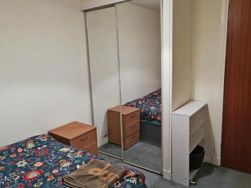 A bed or beds in a room at 3 Double Bedrooms near Westend and City Centre - book 3 rooms for the entire flat, if 1 or 2 rooms it might be flatshare