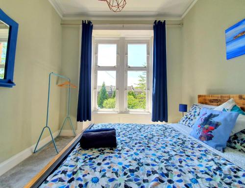A bed or beds in a room at Unwind At A Tranquil, Quirky Flat in West End