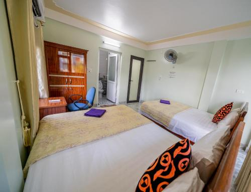 A bed or beds in a room at Linh's Homestay